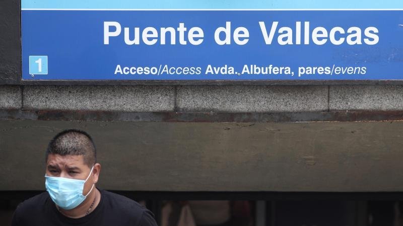 Un hombre sale del metro de Puente de Vallecas, en Madrid. Eduardo Parra / EP.
