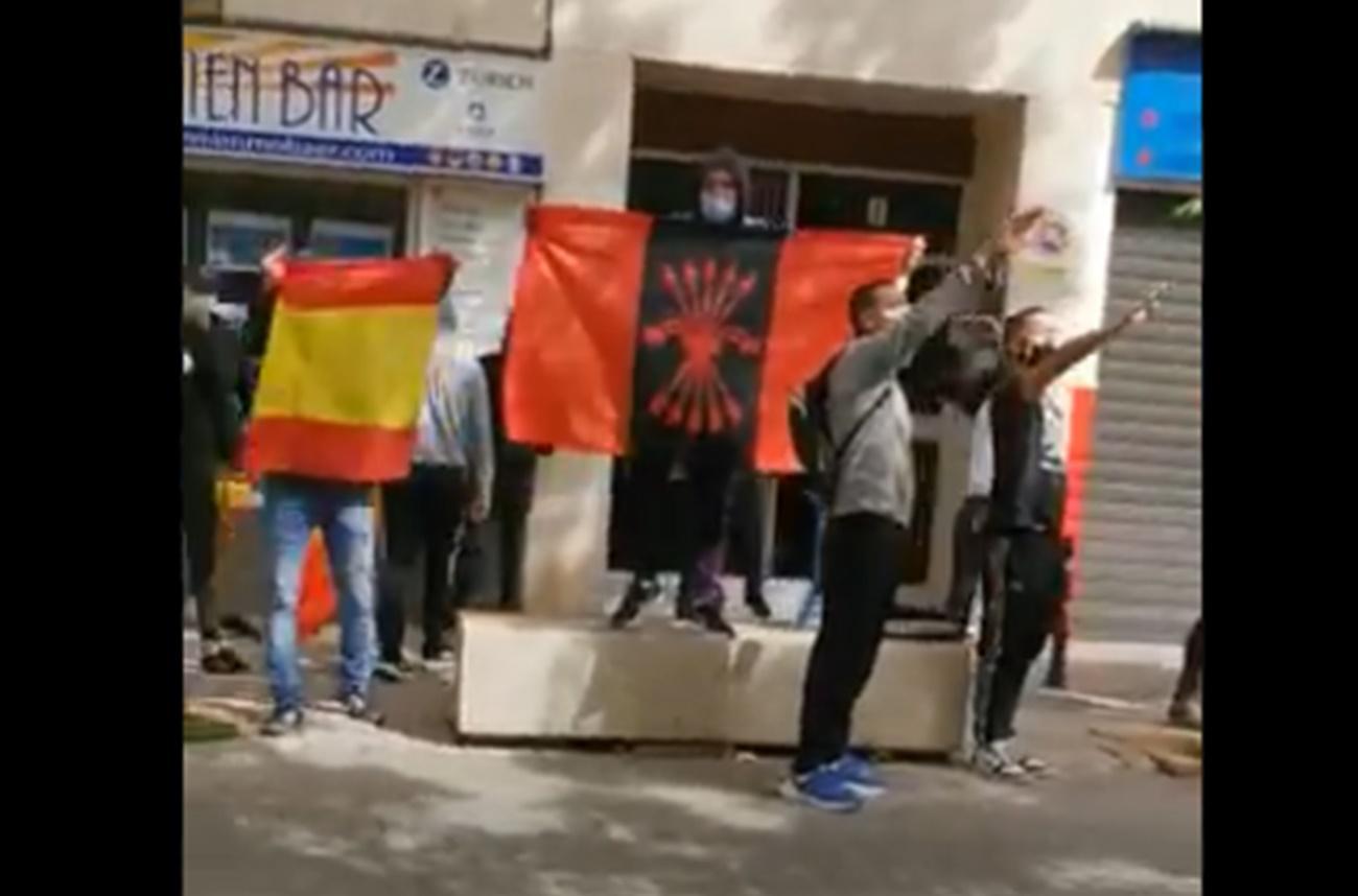 Vídeo: Un grupo de fascistas increpa a Gabriel Rufián en Dénia (Alicante)