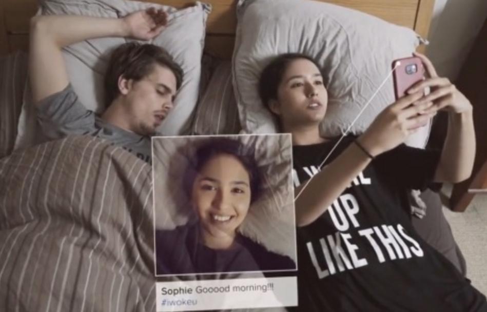 Imagen del vídeo de Eddie Silva y Valeria Rodriguez sobre el 'postureo' en la red.