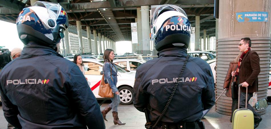 Un inspector de policía intimida al coordinador del sindicato ARP motrándole un revólver