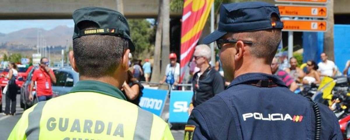 Un guardia civil junto a un policía nacional