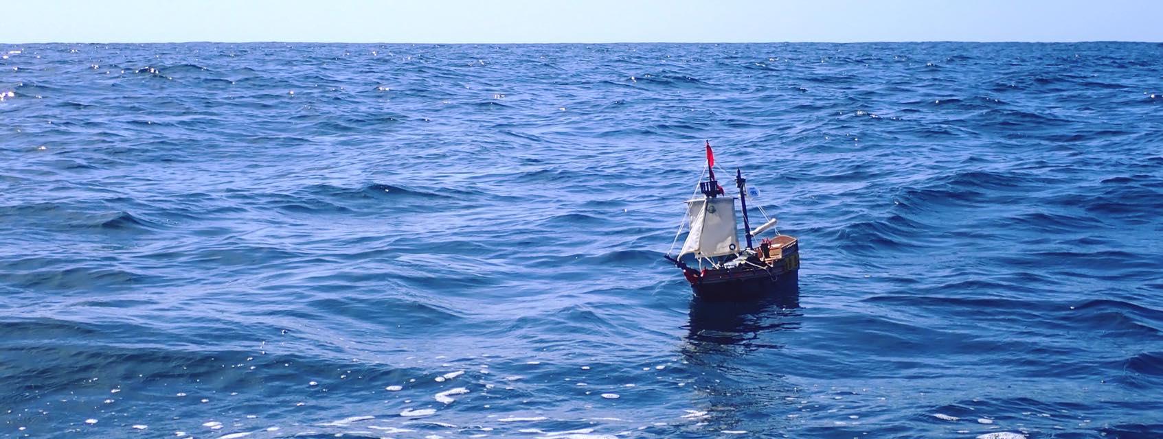un barco de juguete cruza el atlántico