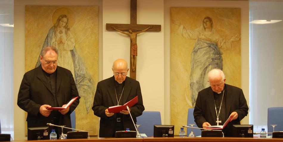 El presidente de la Conferencia Episcopal Española, Ricardo Blázquez(c), el vicepresidente, Antonio Cañizares (d) y el secretario José María Gil Tamayo (i)