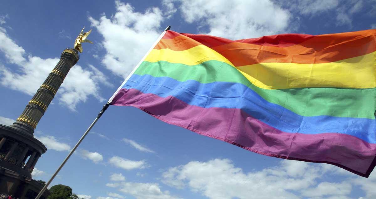 Bandera LGTB durante el día del Orgullo Gay
