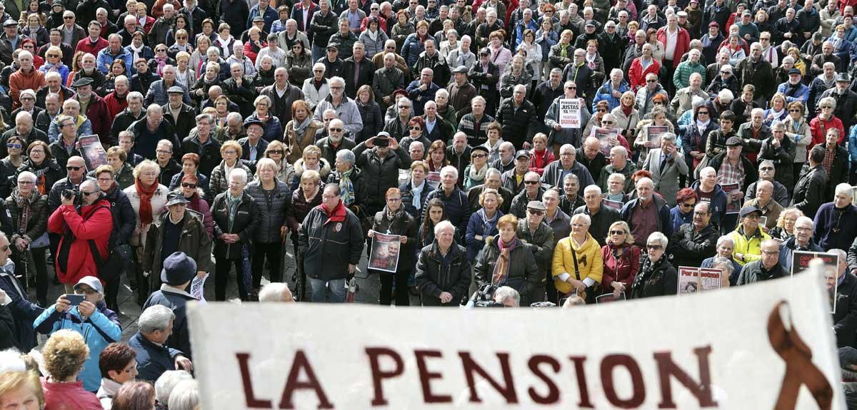 Pensionistas ayer durante la concentración en Bilbao de la plataforma de asociaciones de jubilados, viudas y pensionistas de Bizkaia.