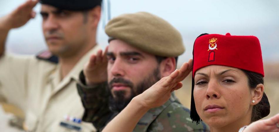 Tres militares del Ejército de Tierra hacen el saludo militar