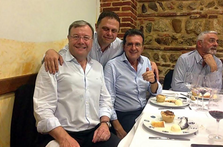 Antonio Silván, alcalde de León (izquierda) y José Luis Ulibarri (derecha) celebrando el cumpleaños del empresario.