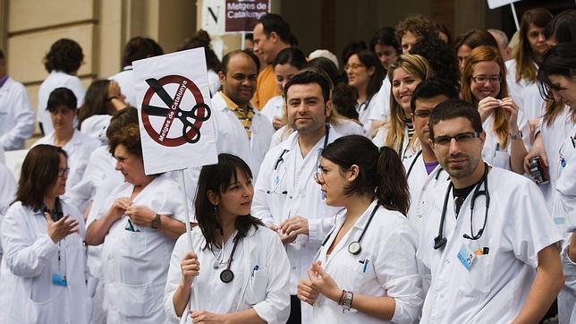 Un grupo de médicos se manifiesta en contra de los recortes en la sanidad pública.