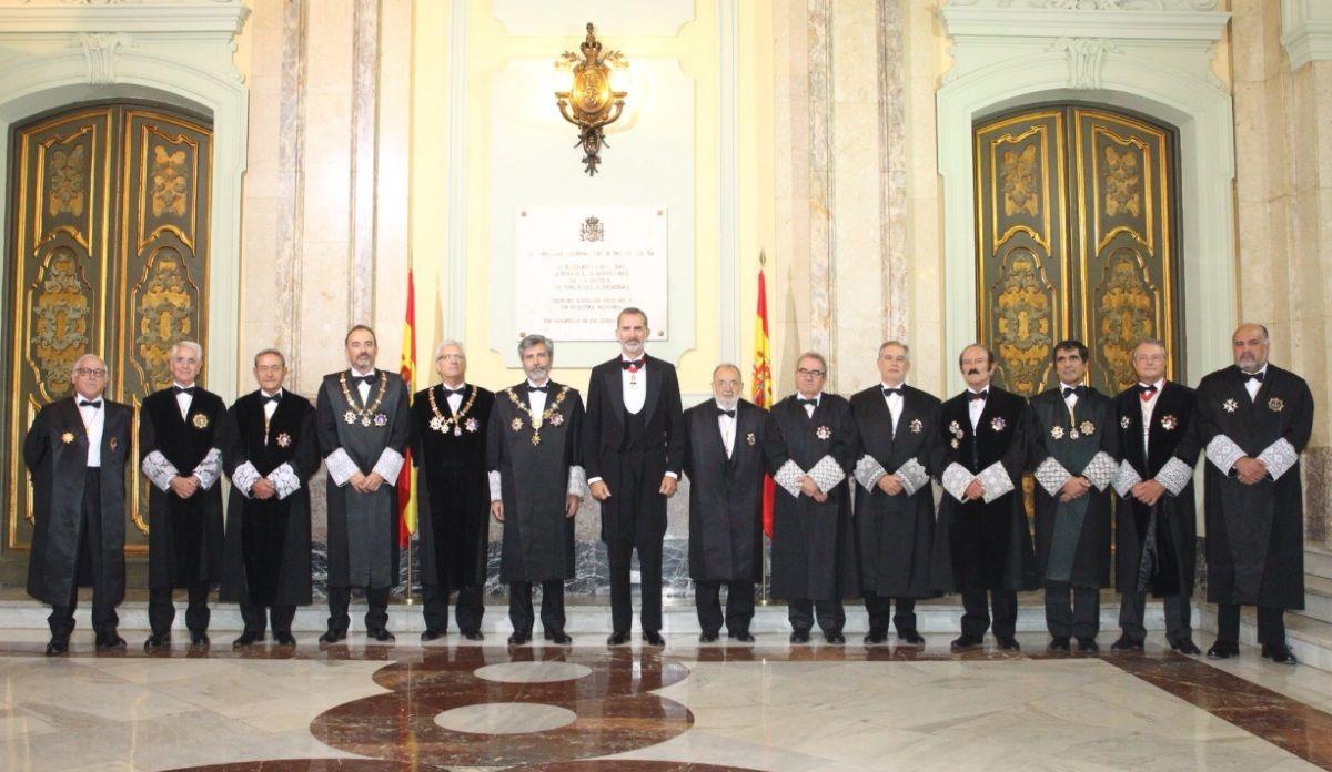 El Rey junto al presidente del Tribunal Supremo, Carlos Lesmes, y otros miembros del Poder Judicial. Fuente: Casa Real