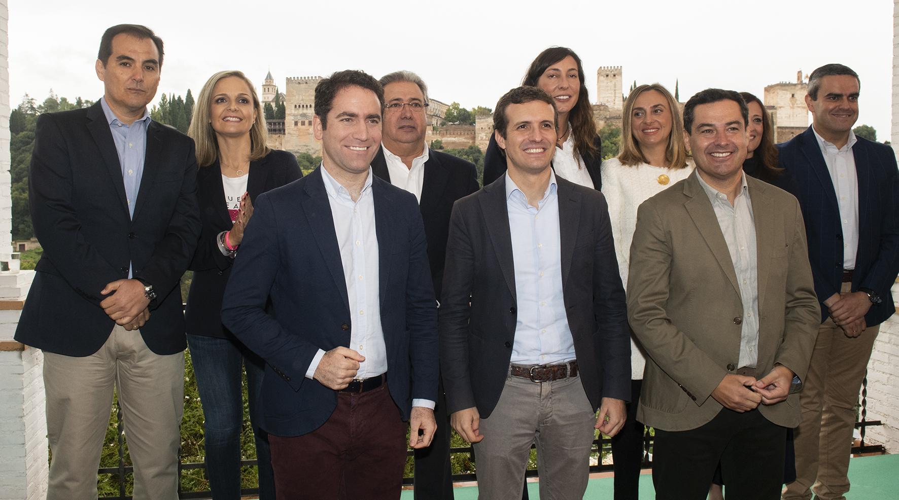 DEBATE sobre estatura de famosos y famosas - Página 25 El-presidente-del-pp-pablo-casado-junto-a-teodoro-garcia-egea-y-juanma-moreno-entre-otros-en-andalucia