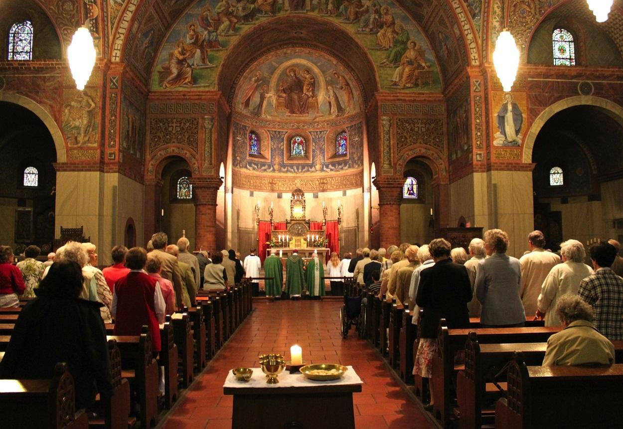 Una Iglesia por dentro durante una misa