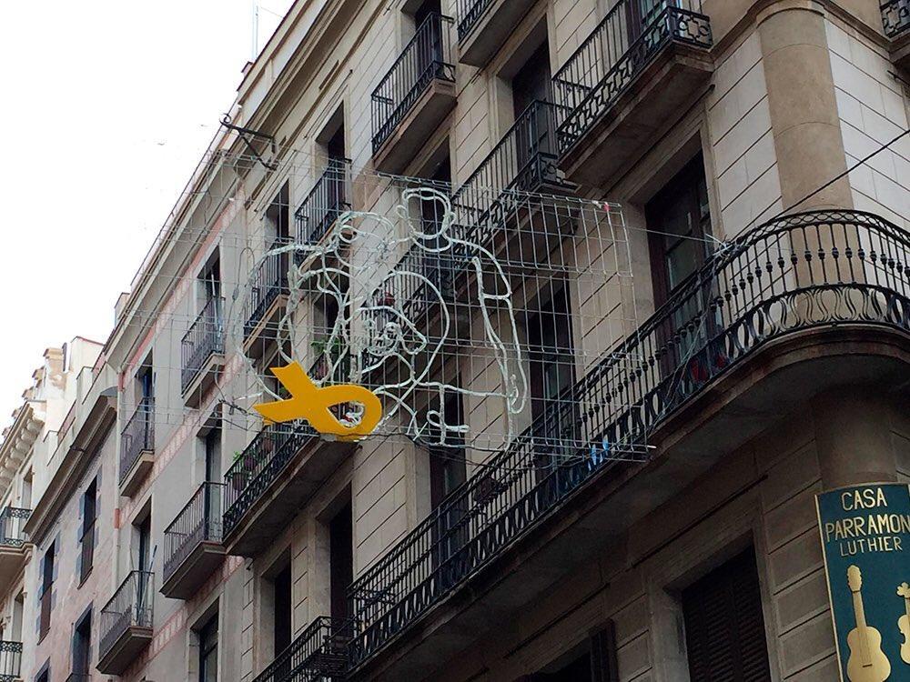 Imagenes Lazos De Navidad.Quitan Lazos Amarillos De Las Luces De Navidad En Barcelona