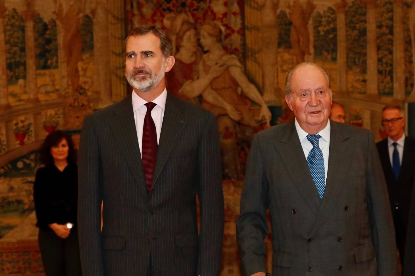Don Juan Carlos junto a Felipe VI para recibir al consejo asesor de los actos de los 40 años de la Constitución. Europa Press.