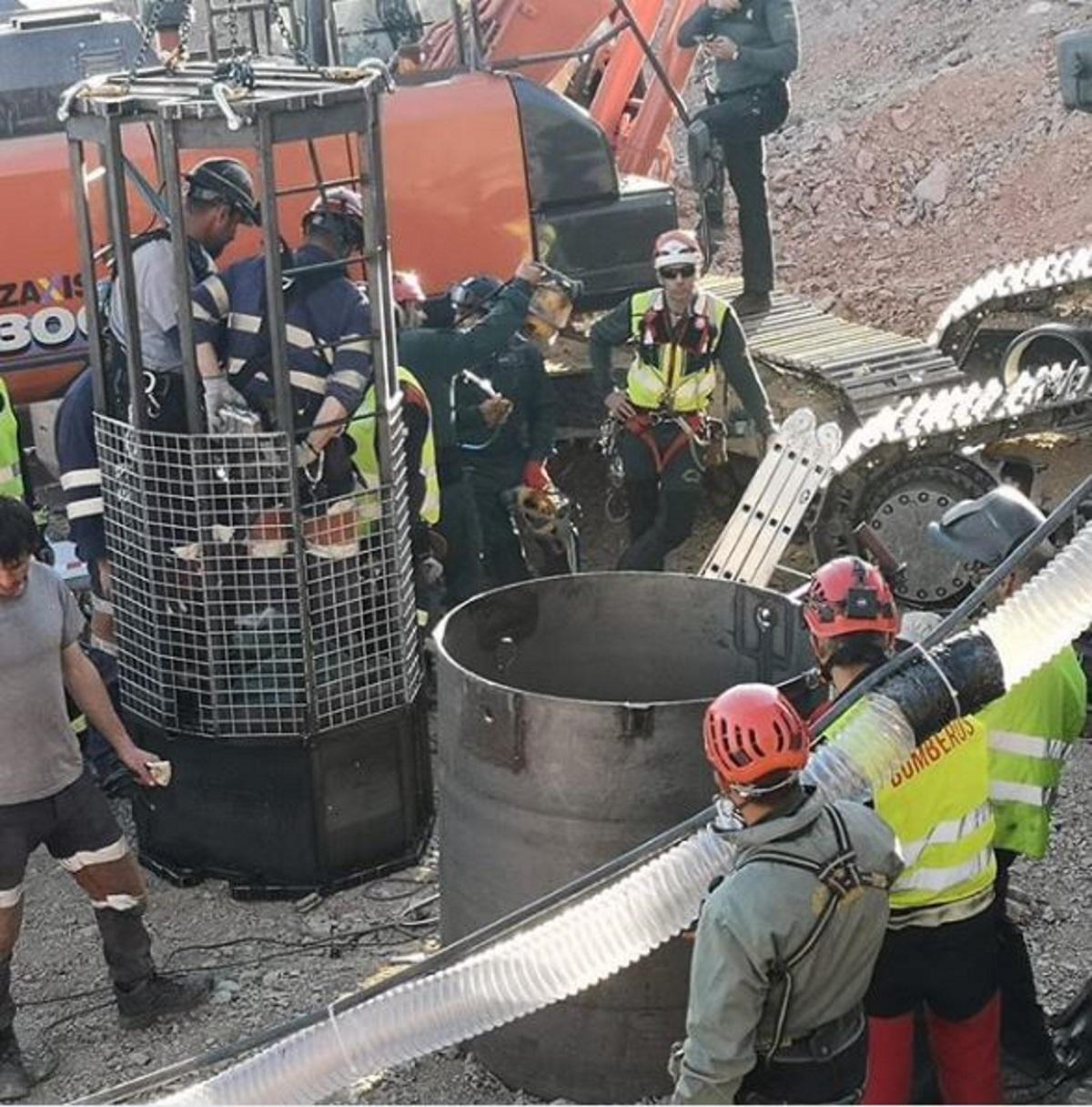 Los mineros se introducen en el pozo para buscar a Julen