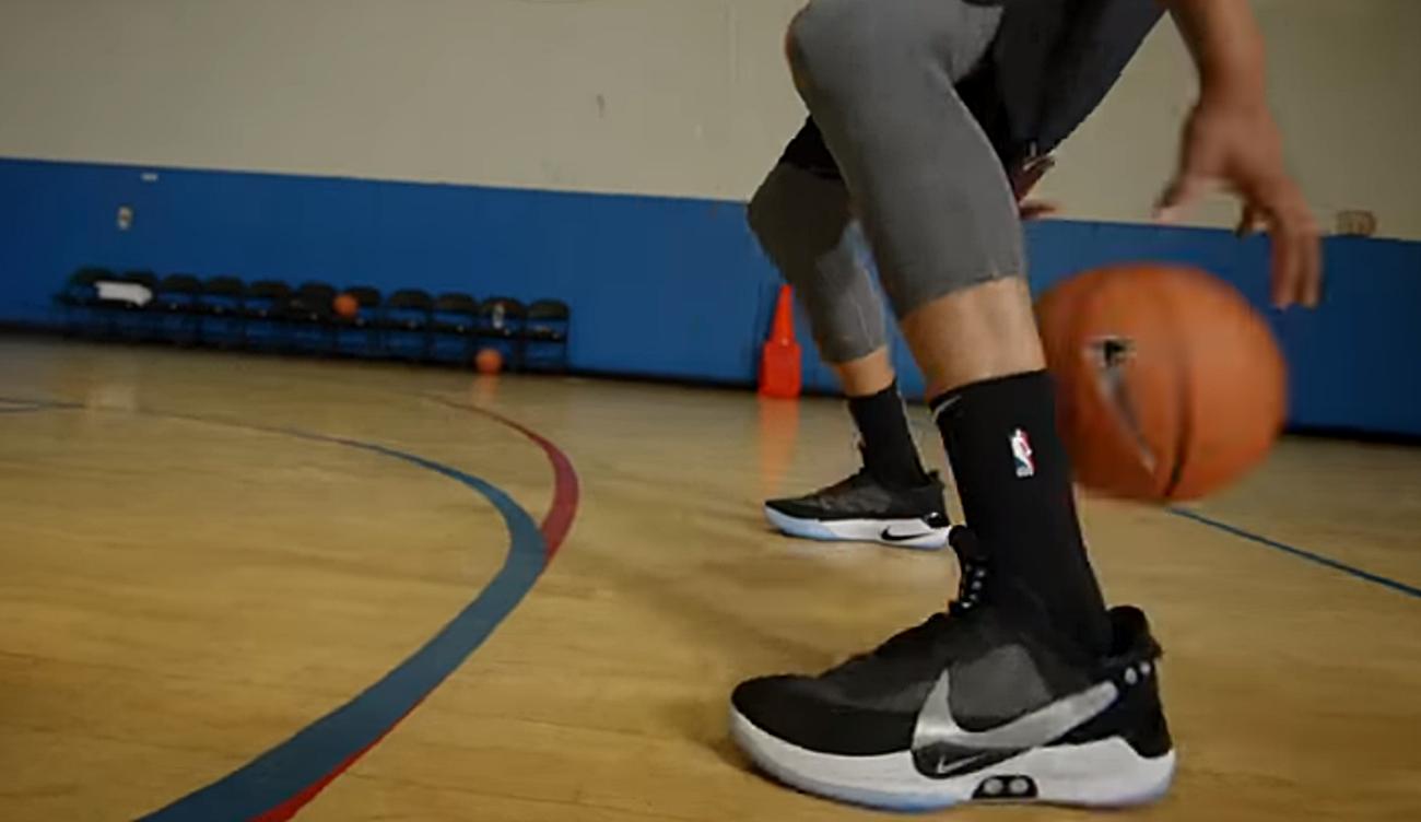 best website e33ca ac0c9 Las zapatillas Nike Adapt BB se atan de manera automática ajustándose al  pie de quien las