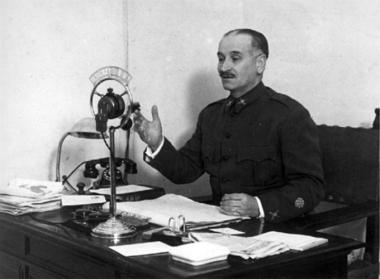 Queipo de Llano delante de un micrófono de 'Radio Sevilla'