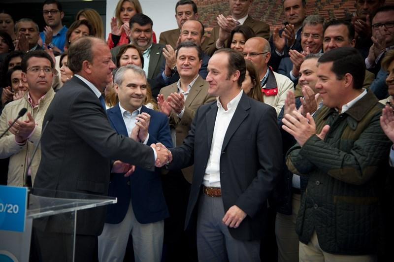 José Antonio Monago saluda a José García Lobato en un acto del Partido Popular.