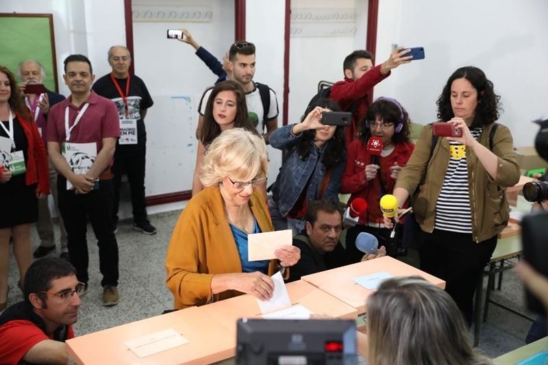 Manuela Carmena votando