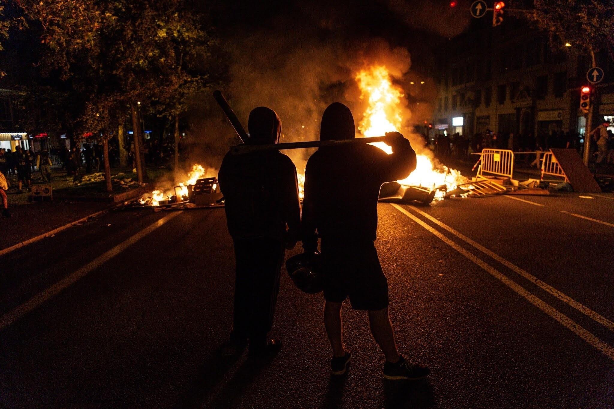 Y ahora está pasando? - Página 28 Europapress-2429925-los-manifestantes-contra-la-sentencia-del-1-o-toman-la-avenida-diagonal-con-calle-marina-de-barcelona