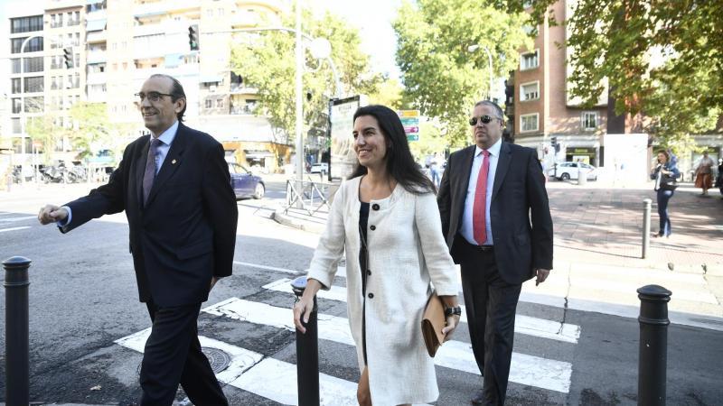 El vicepresidente tercero de la Mesa de la Asamblea de Madrid José Ignacio Arias Moreno (1i) y la portavoz de Vox en la Asamblea de Madrid Rocío Monasterio