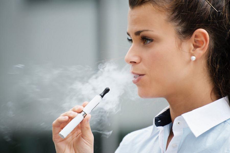 Los vapeadores pueden ayudar a los adultos a dejar de fumar y son prácticamente inocuos para la salud, concluye el mayor estudio hecho hasta la fecha
