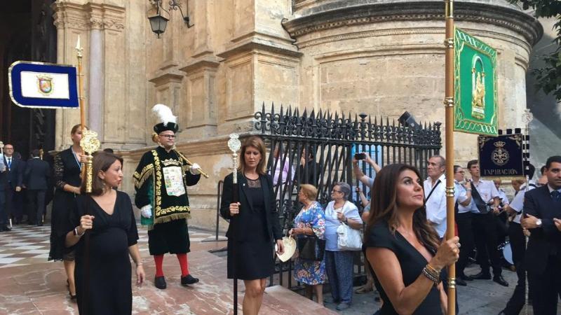 Procesión con los pendones de la Junta de Andalucía
