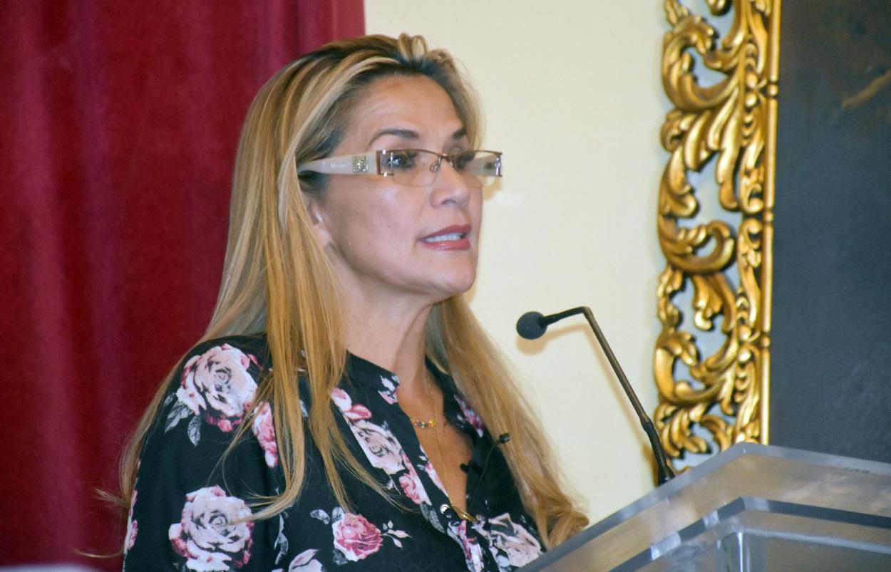 La presidenta autoproclamada de Bolivia da carta blanca a los militares  para reprimir protestas