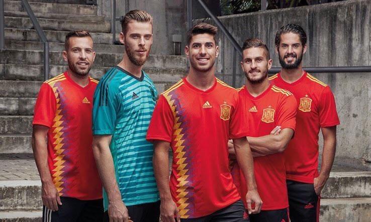 Jugadores de la Selección Española con la nueva camiseta. 7ed949b0661be