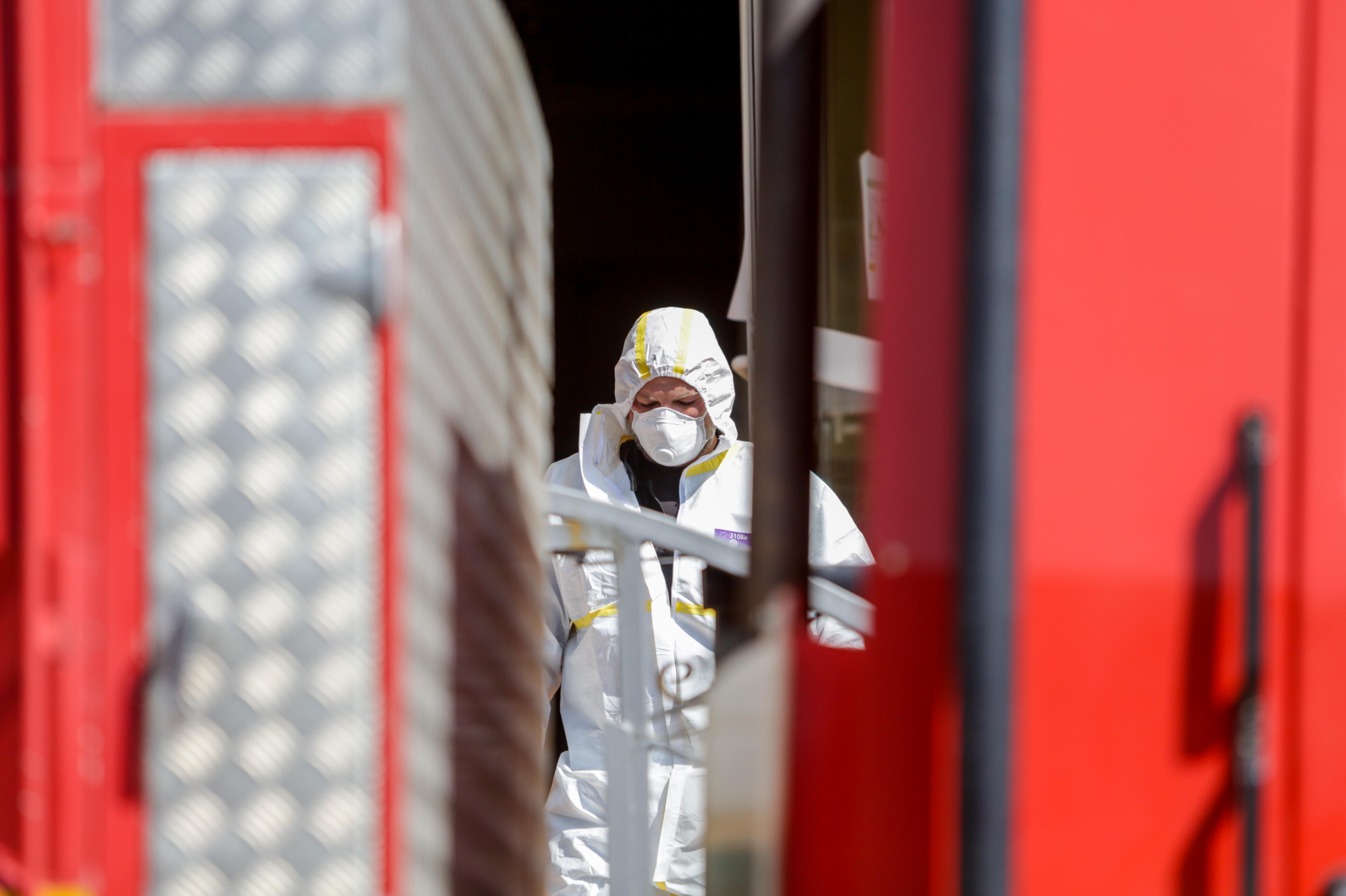 Un militar de la UME antes de entrar en una residencia del pueblo madrileño El Álamo para realiza tareas de desinfección
