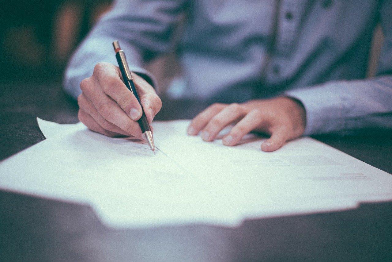 Firma de un documento. Pixabay