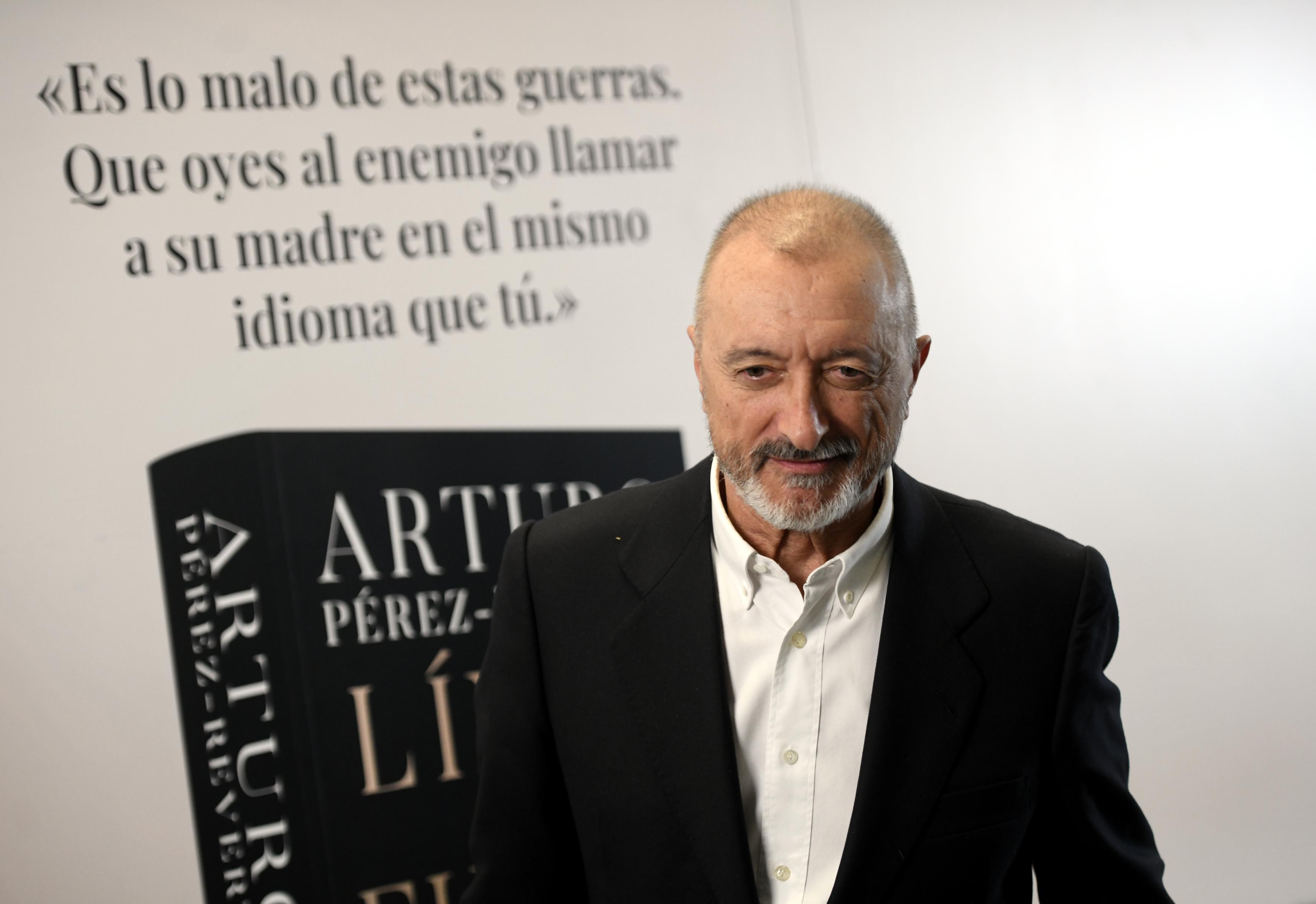 : El escritor Arturo Pérez-Reverte durante la presentación de su libro 'Línea de fuego' en el Hotel Westin Palace, en Madrid (España)
