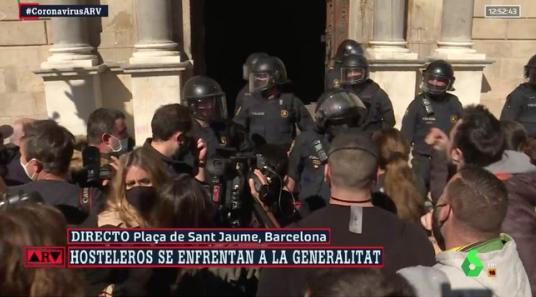 Y ahora está pasando? - Página 30 Manifestantes-en-la-plaza-de-sant-jaume-lasexta