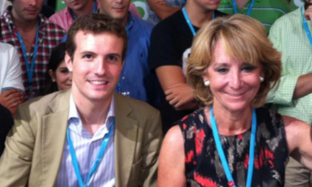 Un joven Pablo Casado, con Esperanza Aguirre en un acto de Nuevas Generaciones